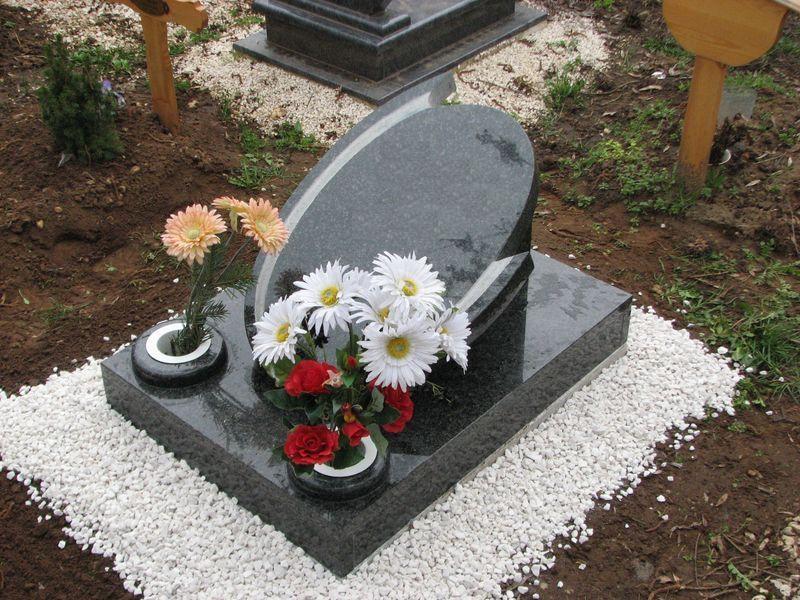 Impala gránit urnasír, ovális mart emlékkel, két darab esztergált süllyesztett vázával