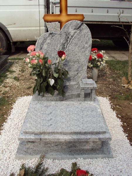 Viscont White gránit urna sírkő, fektetett szivecske emlékkel, fedlapján laptartóval, mécsestartóval, íves lépcsővel, rajta süllyesztett vázakarika