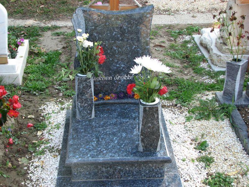 Labrador Blue Pearl urna gránit sírkő, borított járdával, hagyományos vázákkal