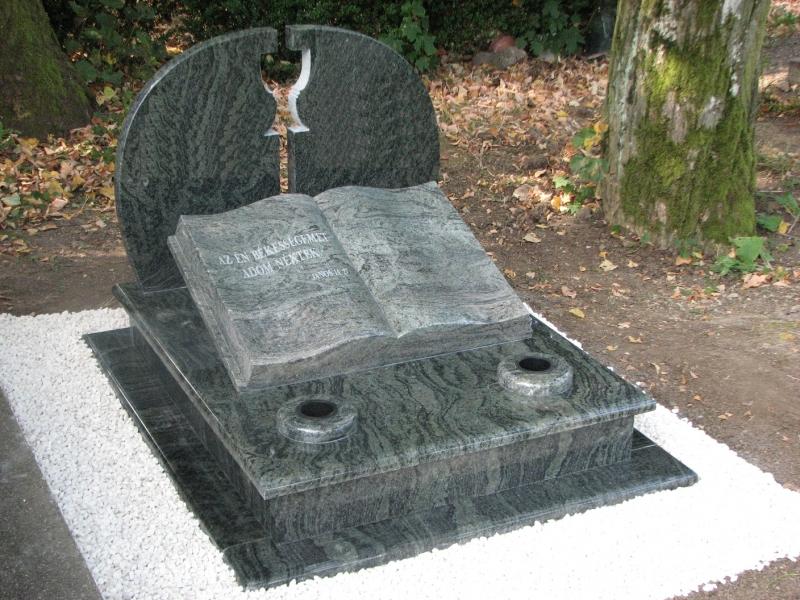 Verde San Fransisco gránit urna sírkő, dupla íves emlékkel, bevágottkehely alakzattal, fedlapjánnyitott könyvvel, süllyesztett vázákkal