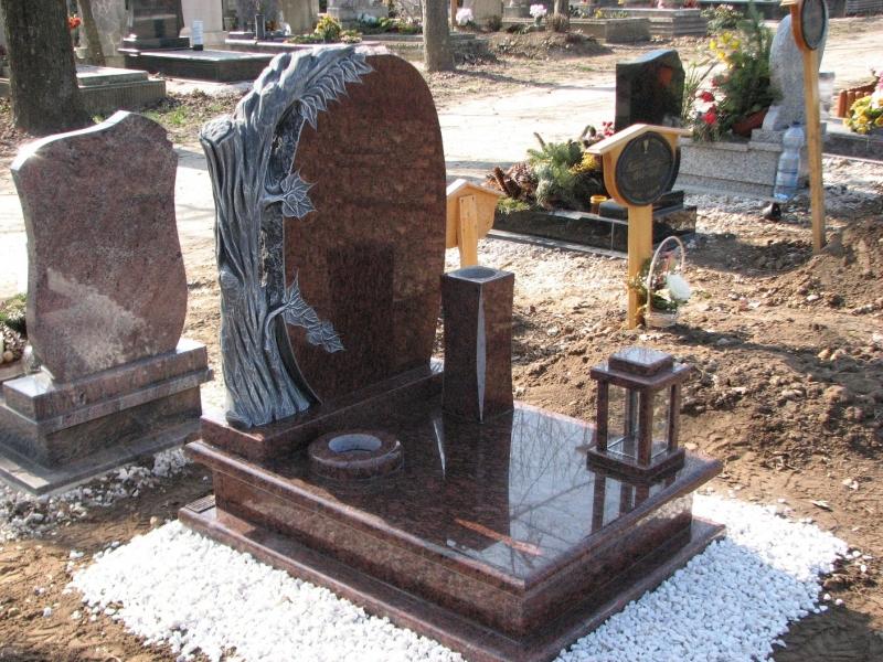 Rosso Vanga gránit urna síremlék, faragott fatörzses emlékkel, hagyományos és süllyesztett vázákkal, szögletes mécsestartóval