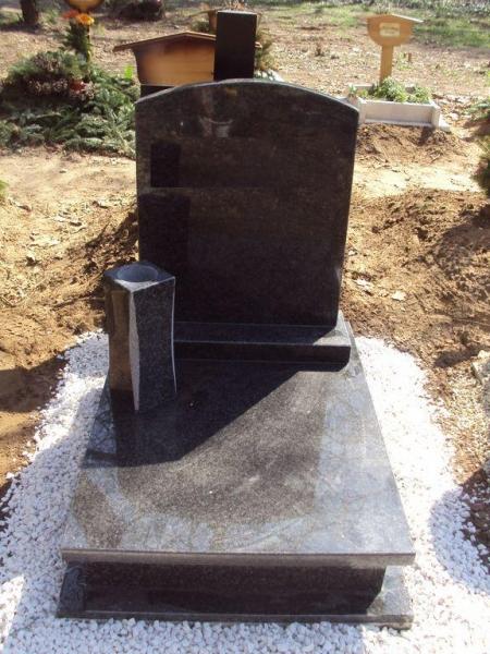 Nero Impala gránit urna síremlék, íves fazonú emlékkel, vázával