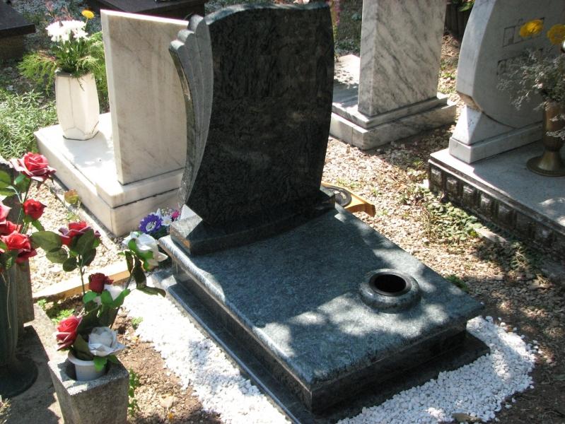 Verde San Fransisco gránit urna sírkő, cirmos emlékkel, enyhén íves lépcsővel, fedlapján süllyesztett vázával