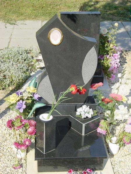 Nero Zimbabwe gránit urna sírkő, nyilas emlékkel,kis kocka ültetővel, szögletesvázával