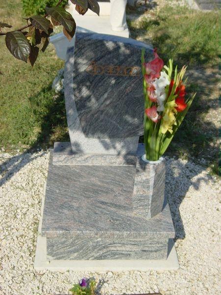 Kinava Classico gránit urna síremlék hagyományos vázával