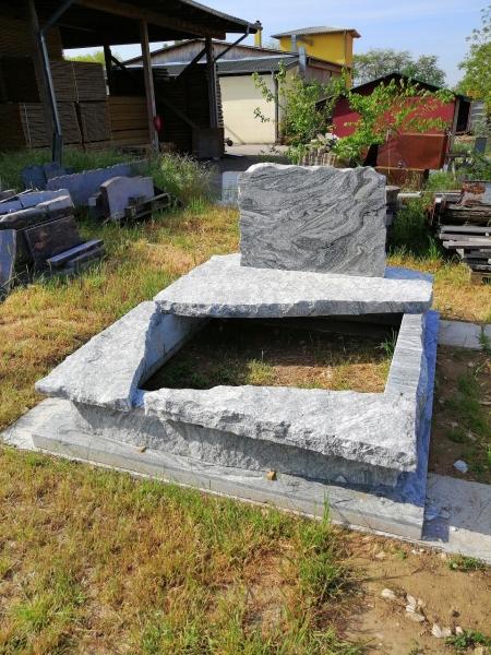 Verde Marina részben nyitott, srengelt dupla gránit sírkő, borított járdával, srengelt emlékfazonnal.AKCIÓS SÍRKŐ