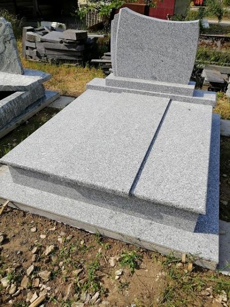 Azul Tragal dupla gránit síremlék, borított járdával, hármas fedéssel, fazonos emlékkel.AKCIÓS SÍRKŐ