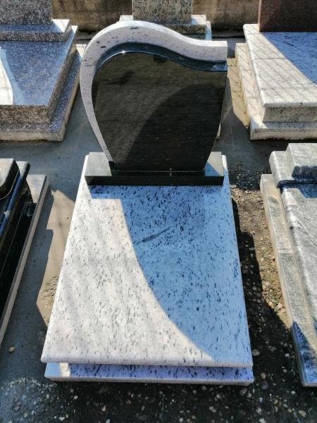 Gránit urna síremlék, borított járdával, sötét-világos színkombinációjúemlékkel.AKCIÓS SÍRKŐ