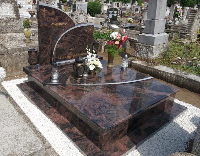 Aurora India különleges dupla gránit síremlék, ívesen illeszkedő fedlapokkal, dupla, íves emlékrésszel, kétoldalt esztergált vázákkal