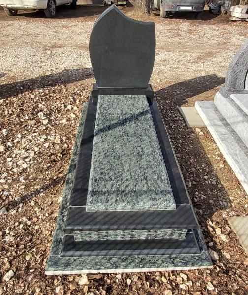 Olive Green, Nero Zimbabwe különleges gránit szimpla sírkő, ráültetett fedlappal, borított járdával, egyszerű fazonos emlékkel. AKCIÓS SÍRKŐ