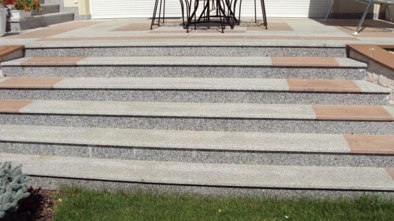 Bianco Tarn lángkezelt gránit kültéri lépcső és teraszburkolat Multicolor Red gránit betéttel