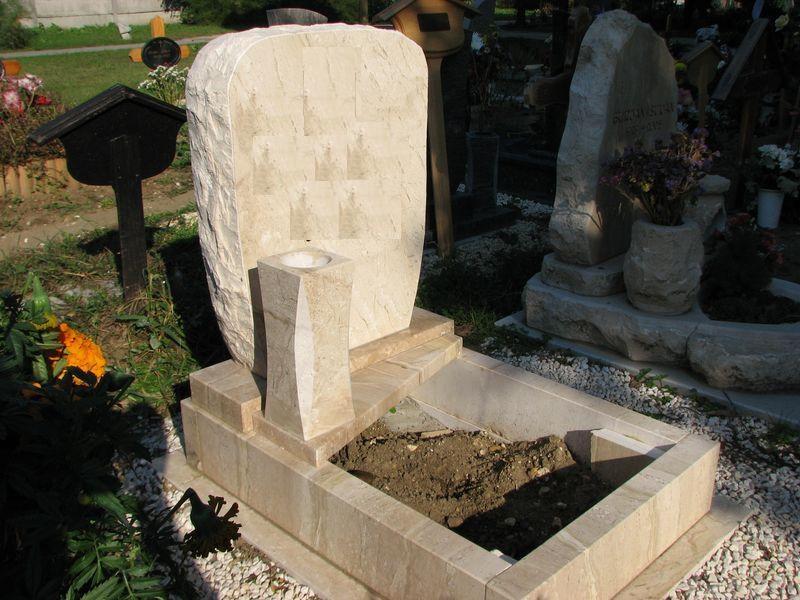 Breccia Sarda mészkő nyitott urna sírkő sprengelt emlékkel