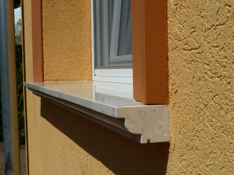 Brecchia Sarda mészkő ablakpárkány tagozatos élképzéssel
