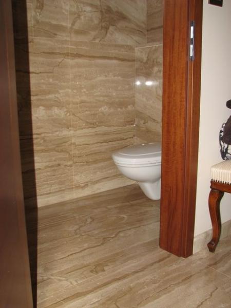 Brecchia Sarda mészkő padló burkolat és mennyezetig érőfalburkolat