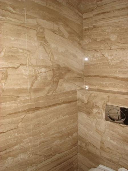 Látványos erezetű, homokszínű Brecchia Sarda mészkő padló- és falburkolat