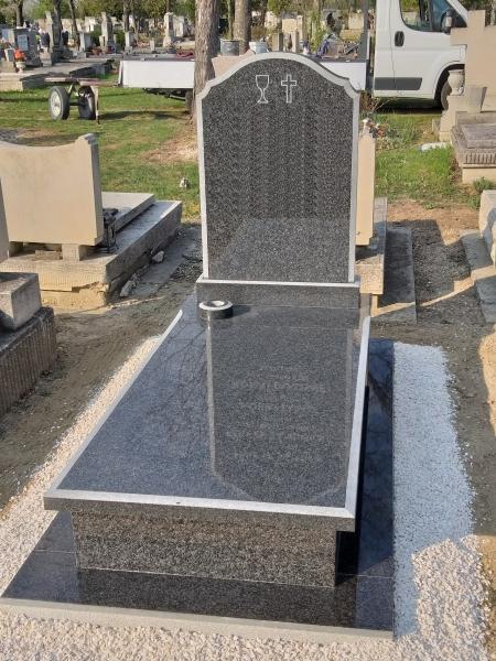 Nero Impala szimpla gránit sírkő, fedlapján és íves emlékrészén matt díszfózzal, süllyesztett vázával