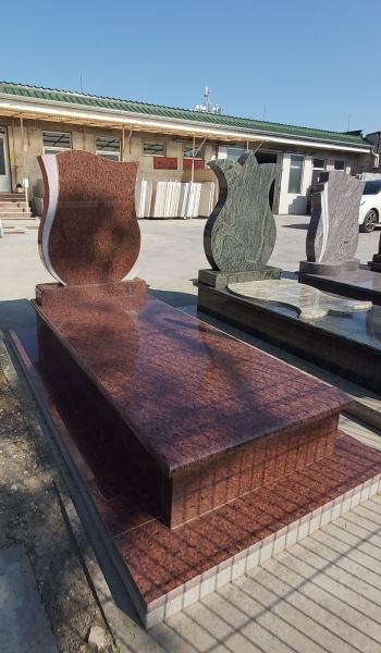 Rosso Vanga gránit szimpla sírkő, teli fedlappal, borított járdával, egyszerű fazonos emlékkel.AKCIÓS SÍRKŐ