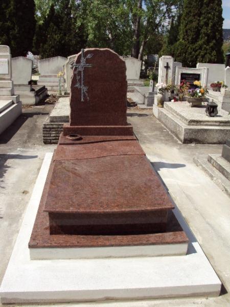 Rosso Vanga szimpla gránit sírkő az emléken faragott kereszt rózsával