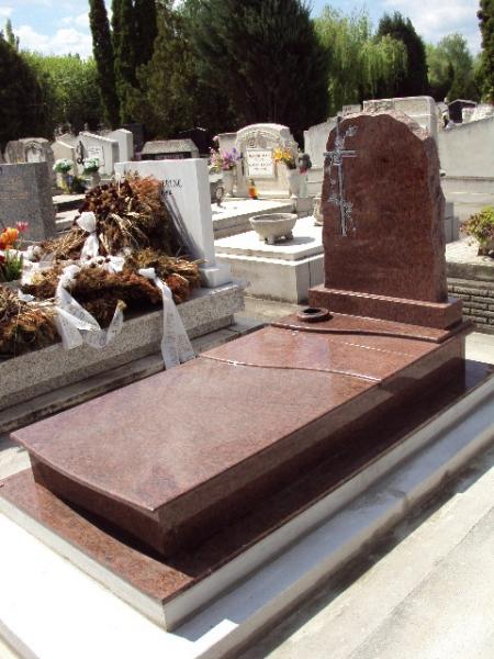 Rosso Vanga szimpla gránit sírkő osztott