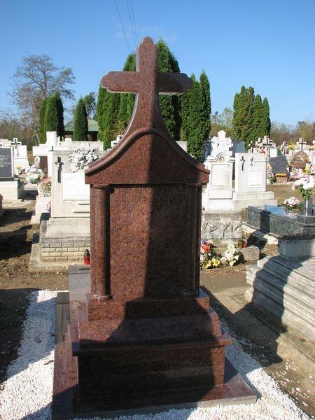 Rosso Vanga szimpla gránit sírkő, esztergált oszlopokkal, kapiteles keresztes emlékkel
