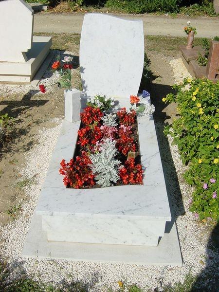 Bianco Carrara márvány szimpla, ívesennyitott sírkő