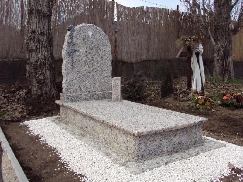 Giallo Santa Cecilia szimpla gránit sírkő, sprengelt emlékkel, faragott rózsával