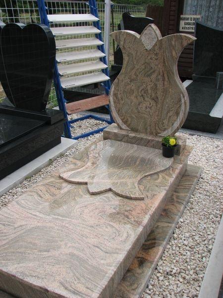 Juparana Colombo Gold szimpla gránit sírkő, tulipán emlékkel, fedlapján emlékkel harmonizáló betéttel