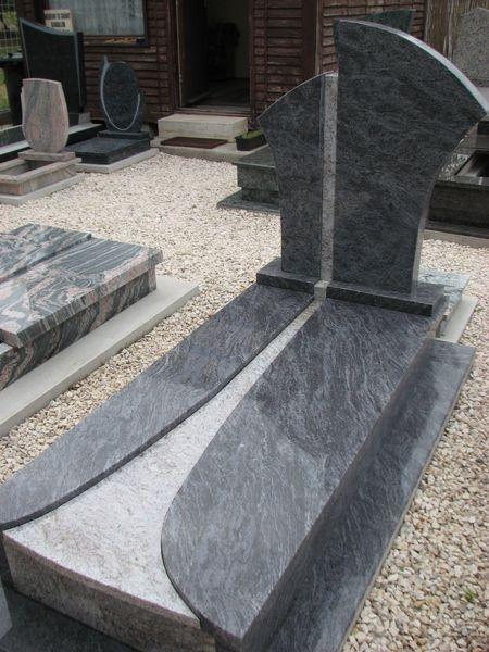 Vizag Blue szimpla gránit sírkő, osztott-íves fedlappal és dupla emlékkel,Orissa Blue gránit betéttel