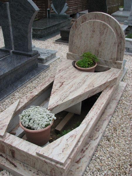Ivory Shivakashi nyitott szimpla gránit sírkő, háromszög alakú vastag fedlappal, dupla félköríves emlékkel
