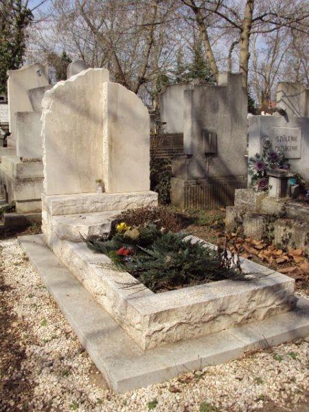 Brecchia Sarda szimpla nyitott mészkő sírkő duplaemlékkel, sprengelt szélekkel