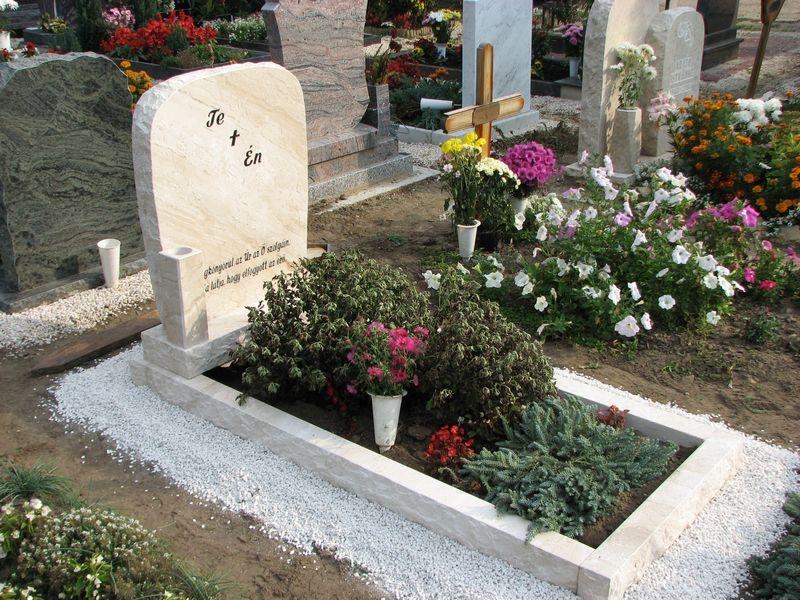 Brecchia Sarda szimpla nyitott mészkő síremlék sprengelt emlékkel és kerettel