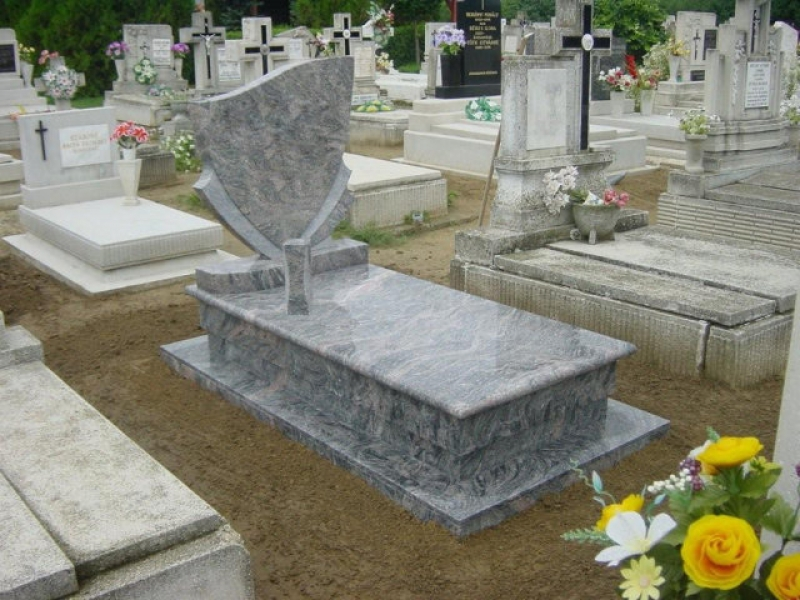 Kinava Classico szimpla gránit sírkő pajzsos emlékkel,