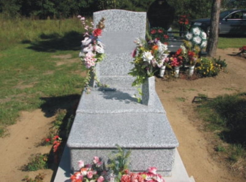 Bianco Tarn szimpla gránit sírkő zászlós emlékkel, íves-osztott fedlappal,