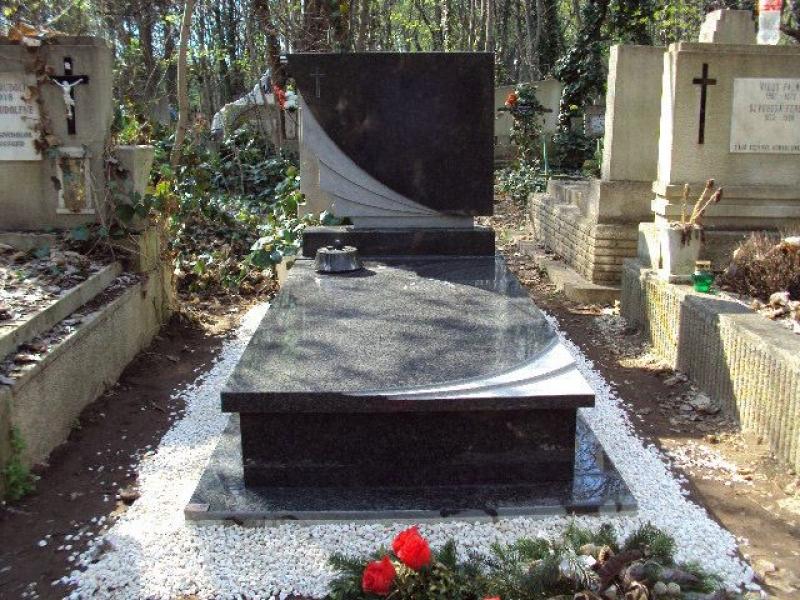 Nero Impala szimpla gránit sírkő, fedlapján emlékkel azonos mart mintázat