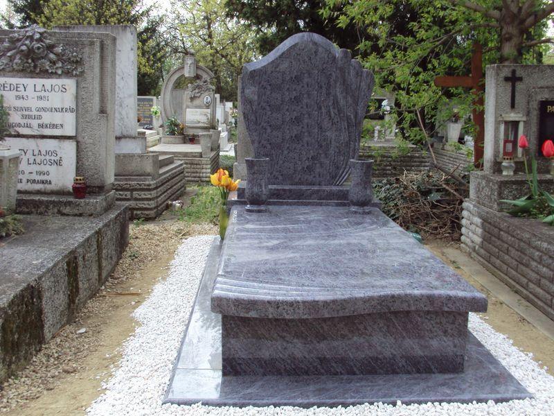 Vizag Blue szimpla gránit sírkő íves, mart 5 cm vastagságú fedlappal, hozzá illő fazonos emlékkel, két esztergált vázával
