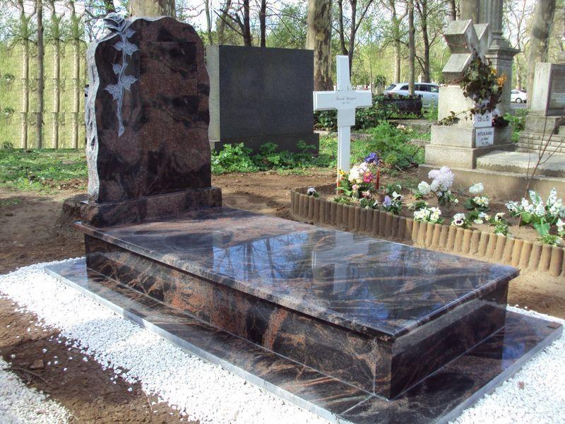 Aurora India szimpla gránit sírkő sprengelt faragott rózsás emlékkel