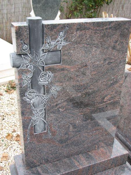 Montain Bue szimpla gránit sírkő faragott keresztes-rózsás emléke