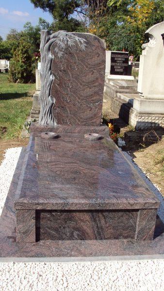 Paradiso szimpla gránit sírkő, faragott gesztenyefás emlékkel, fedlapján két süllyesztett vázával, keretéleknél design kocka megoldással
