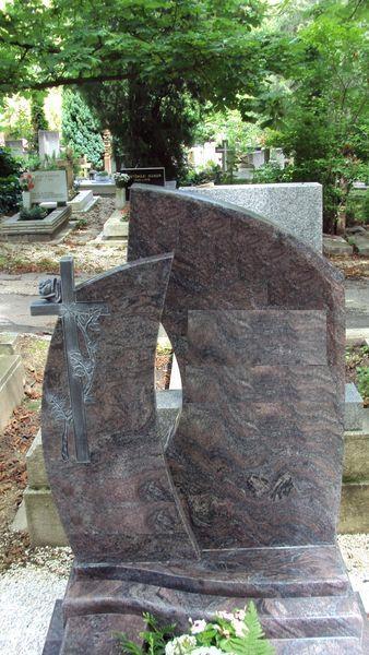 Paradiso szimpla gránit sírkő két egymásba hajló emlékkel, faragott kereszt egy szál rózsával a kisebb emlékrészen, alatta két darab hullám lépcső