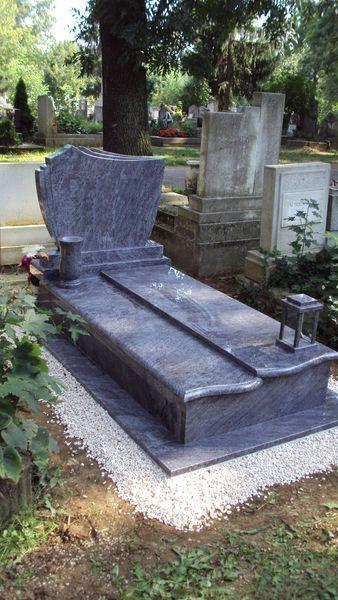 Vizag Blue szimpla gránit sírkő eltolt fedlappal, fektetett fazonos emlékkel, esztergált vázával, hagyományos mécsestartóval