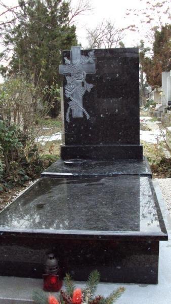 Labrador Emerald Pearl szimpla gránit síremlék, faragott kereszt-rózsás emlékkel, osztott