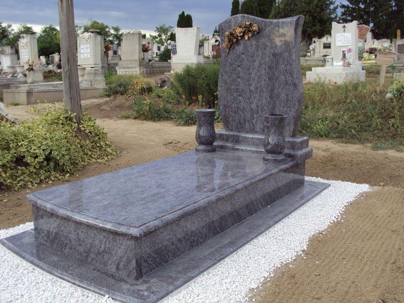 Vizag Blue szimpla gránit sírkő íves elejű járdaborítással és fedlappal, két esztergált vázával, fazonos emlékkel