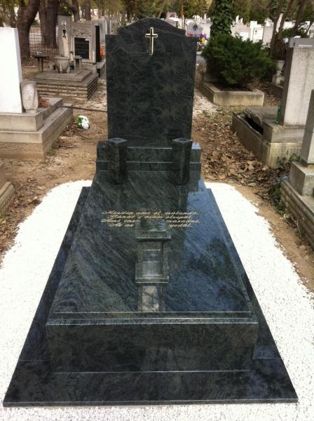 Verde San Francisco szimpla gránit sírkő, borított járdával, 10 cm vastag kerettel, ráültetett fedlappal, íves emlékkel