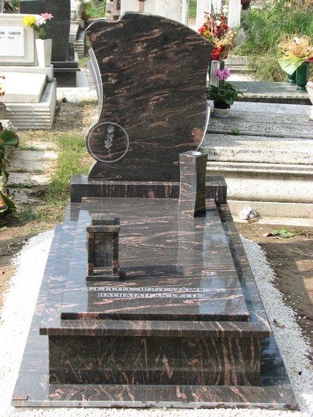 Himalaya Gandi szimpla gránit sírkő, ráültetett fedlappal, emlékén mart rózsával