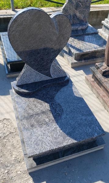 Vizag Blue gránitból készült urna sírkő, borított járdával,